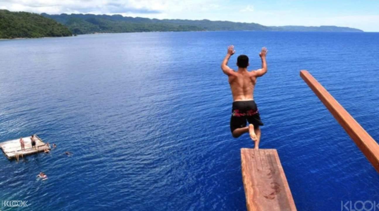 长滩岛久负盛名的悬崖跳海活动,3米到15米共9级悬崖跳水高度等你挑战.