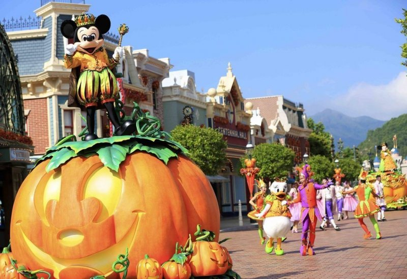 Scare-Yourselves-Silly-At-These-Horrific-Halloween-Scarefests-Hong-Kong-Disneyland-mickey's-halloween-time-street-party