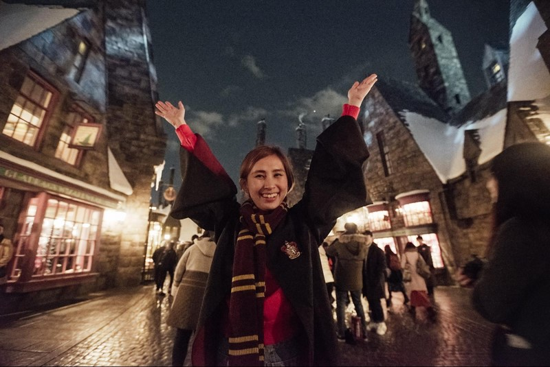 Beatrice in Gryffindor robes at The Wizarding World of Harry Potter