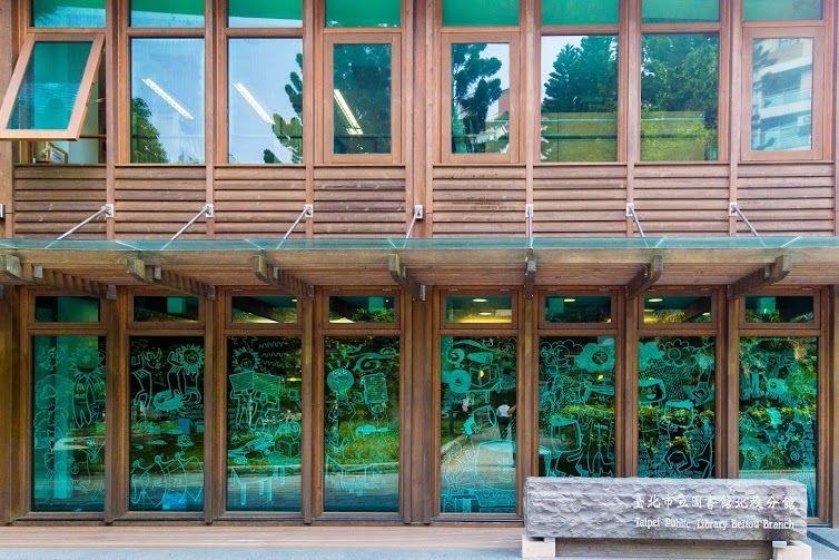 「北投圖書館」使用大量的透明玻璃,讓自然光線得以通透。(圖片來源/台北旅遊網)