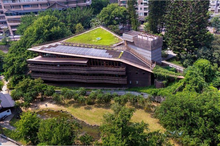 「北投圖書館」採綠化屋頂及斜面草坡設計,彷彿一艘乘載書本的諾亞方舟。(圖片來源/台北旅遊網)