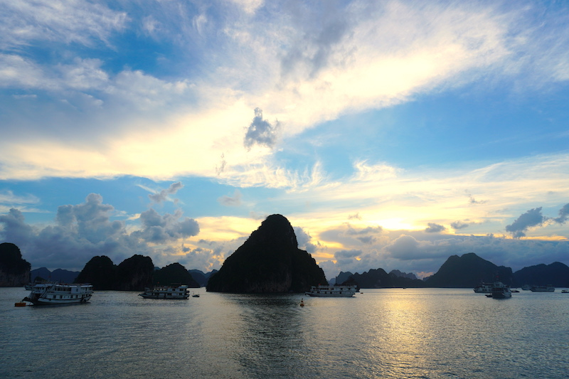 KLOOK客路旅遊體驗師|越南:下龍灣兩天一夜划獨木舟、走驚訝洞、賞絕美夕陽、手作越式春捲!