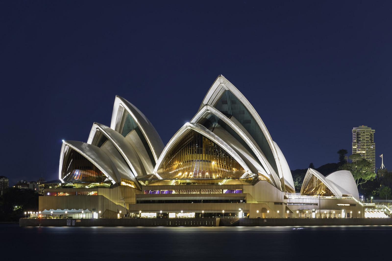 夜晚點亮燈光後,歌劇院又會呈現與白天不同的氛圍。(Flickr授權作者-Lenny K Photography)