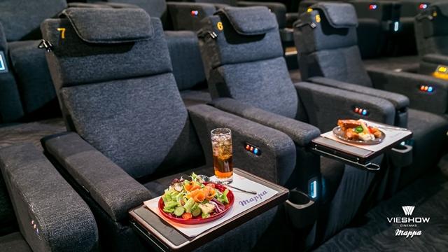 林口威秀1多功能座椅享受 自由調整座椅角度,搭配USB插座充電設備、收納式餐桌及閱讀小燈,提升觀影舒適度。54