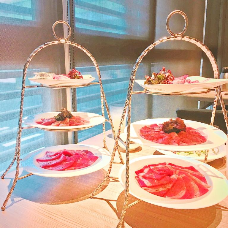 用下午茶的三層架,所盛裝的精緻肉盤。(圖片來源/Instagram-liyu_foodmap)