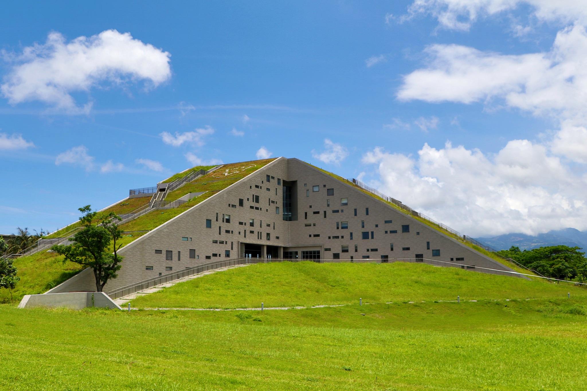 這個外觀呈現獨特三角金字塔的建築,就是聞名國際的台東大學圖書館。(Flickr授權作者-Uming Photography)