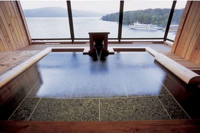 能一邊眺望館外景色一邊悠閒享受溫泉的湖之座豪華套房(照片來源:Akan Tsuruga Besso Hinanoza官網)