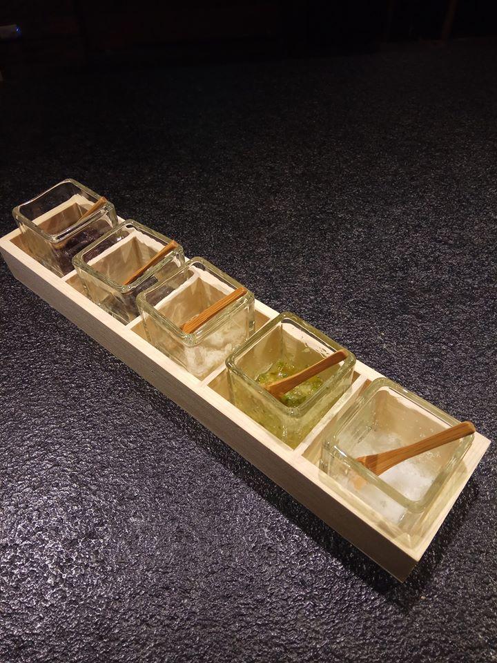 蘭亭提供五種特色提味鹽,包括紫蘇鹽、竹碳鹽、松露鹽、蔥鹽及鹽之花。(圖片來源/蘭亭和牛極致燒粉絲團)