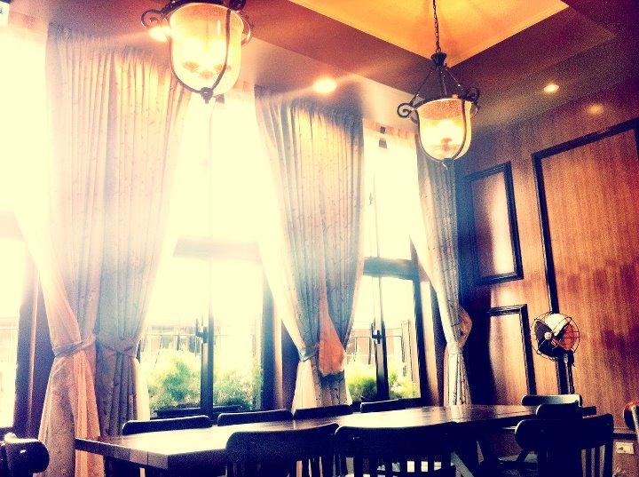 復 古 的 吊 燈 與 大 大 的 落 地 窗 , 更增 添 了 復 古 情 懷。 圖 片 來 源 : 統 一 星 巴 克咖 啡 同 好 會 。