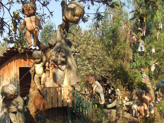 掛 在 樹 枝 上 的 娃 娃 們 , 有 一 股 毛 骨 悚 然 的 氣 息