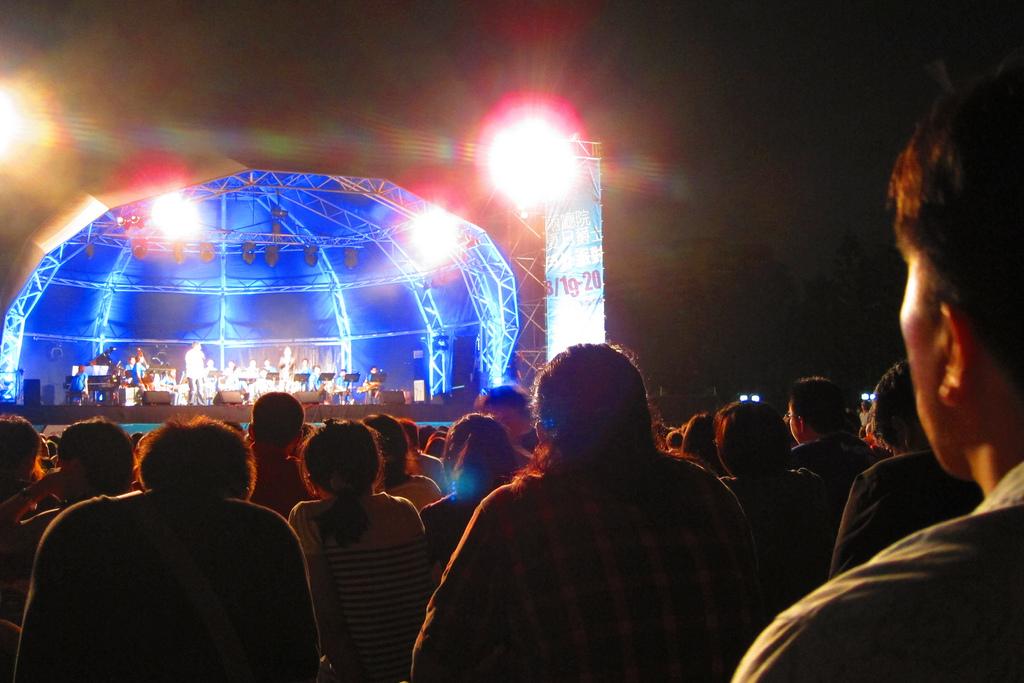 在 兩 廳 院 中 間 廣 場 的 戶 外 爵 士 音 樂 會 ,大 家 隨 音 樂 和 微 風 一 起 Swing! Photo | flickr CC editor Elsie Lin