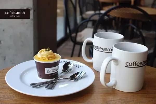 逛 街 逛 到 累 了 , 就 來 這 邊 坐 著 喝 杯 咖 啡 吧 !