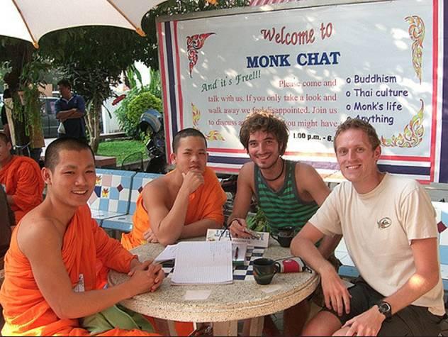 在 大 佛 塔 寺 舉 辦 的 Monk Chat 活 動 。