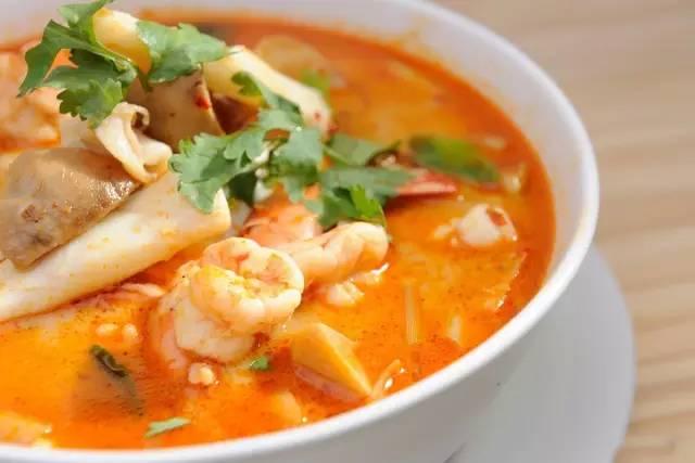 泰 式 酸 辣 湯 。