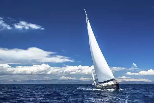 水上度假 湛 藍 的 空 , 純 白 的 風 帆