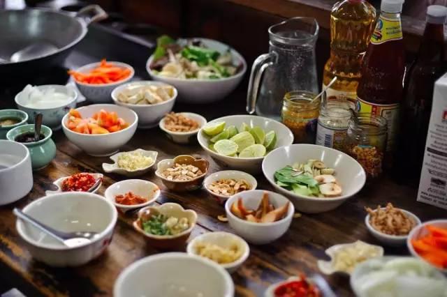 各 種 泰 式 調 味 料 。