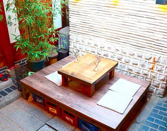 首爾咖啡館 室 外 的 座 位 還 能 吹 吹 涼 風 ,相 當 舒 適 。
