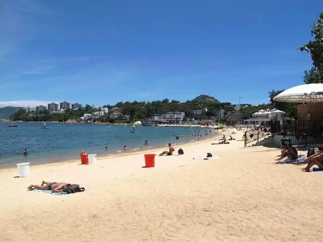港 島 南 邊 赤 柱 海 灘 , 正 是 香 港 人 最 愛 度 過 夏 日 的 地 方