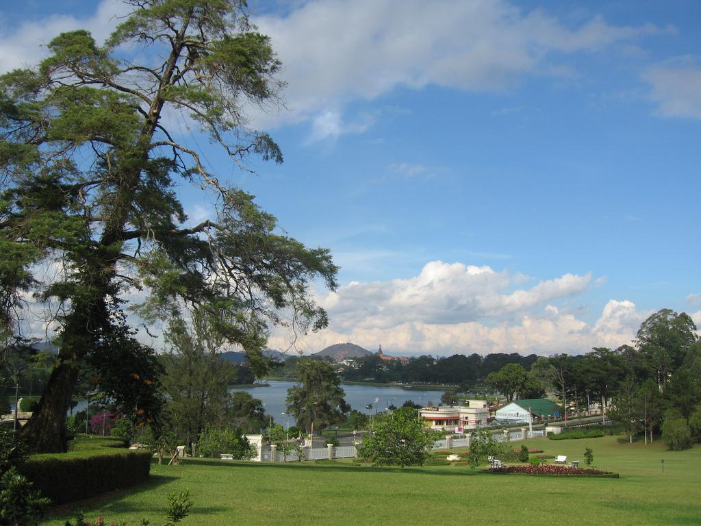 大叻春香胡。來源: https://zh.wikipedia.org/wiki/File:Da_Lat,_view_to_Xuan_Huong_lake.jpg