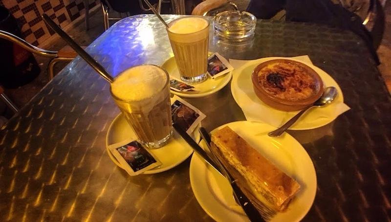 人氣簡餐店Pastelaria Coelho,簡餐有名,甜點也好吃。圖片右上角的甜點為葡式烤布蕾。Photographer | Serina Su
