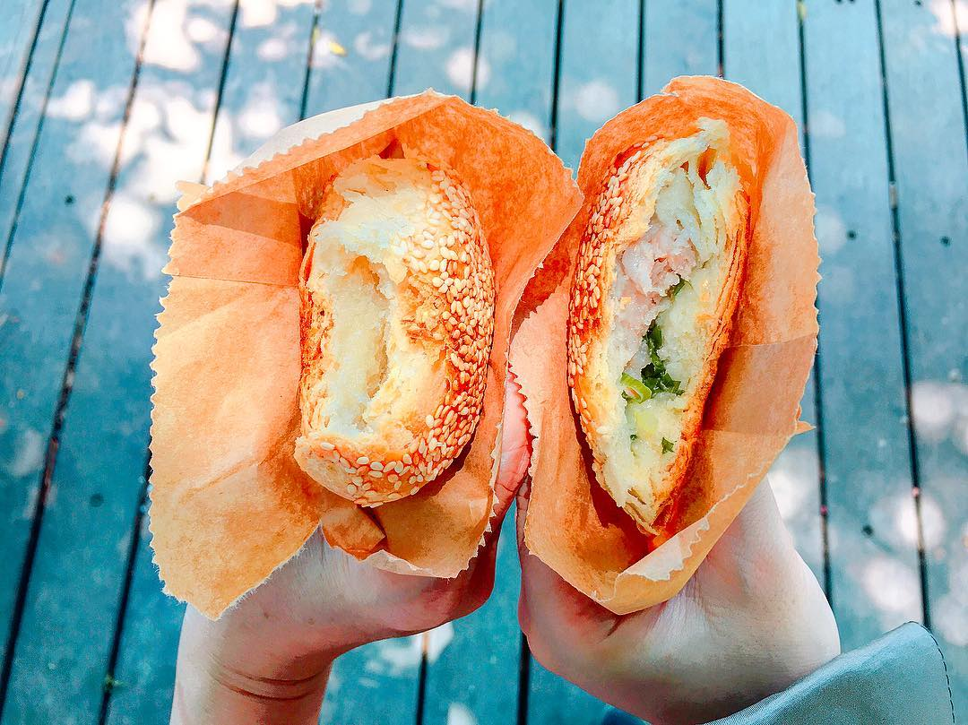 金華酥餅有甜鹹兩種口味,甜的包豆沙餡,鹹的包青蔥和豬肉餡。(圖片來源/Instagram-chiangruoyu)