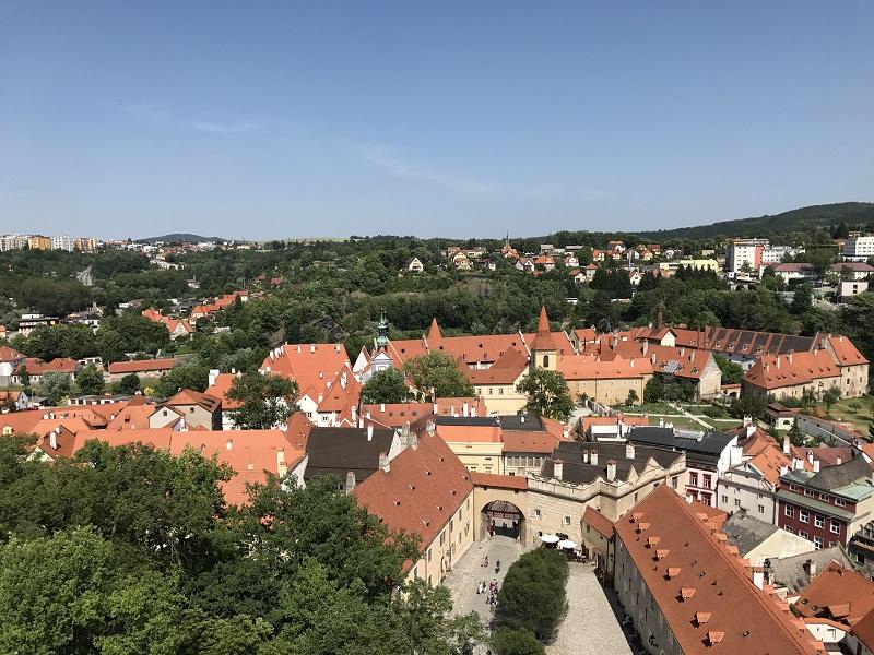 房子的紅澄澄的屋頂完美呈現中世紀建築之美!