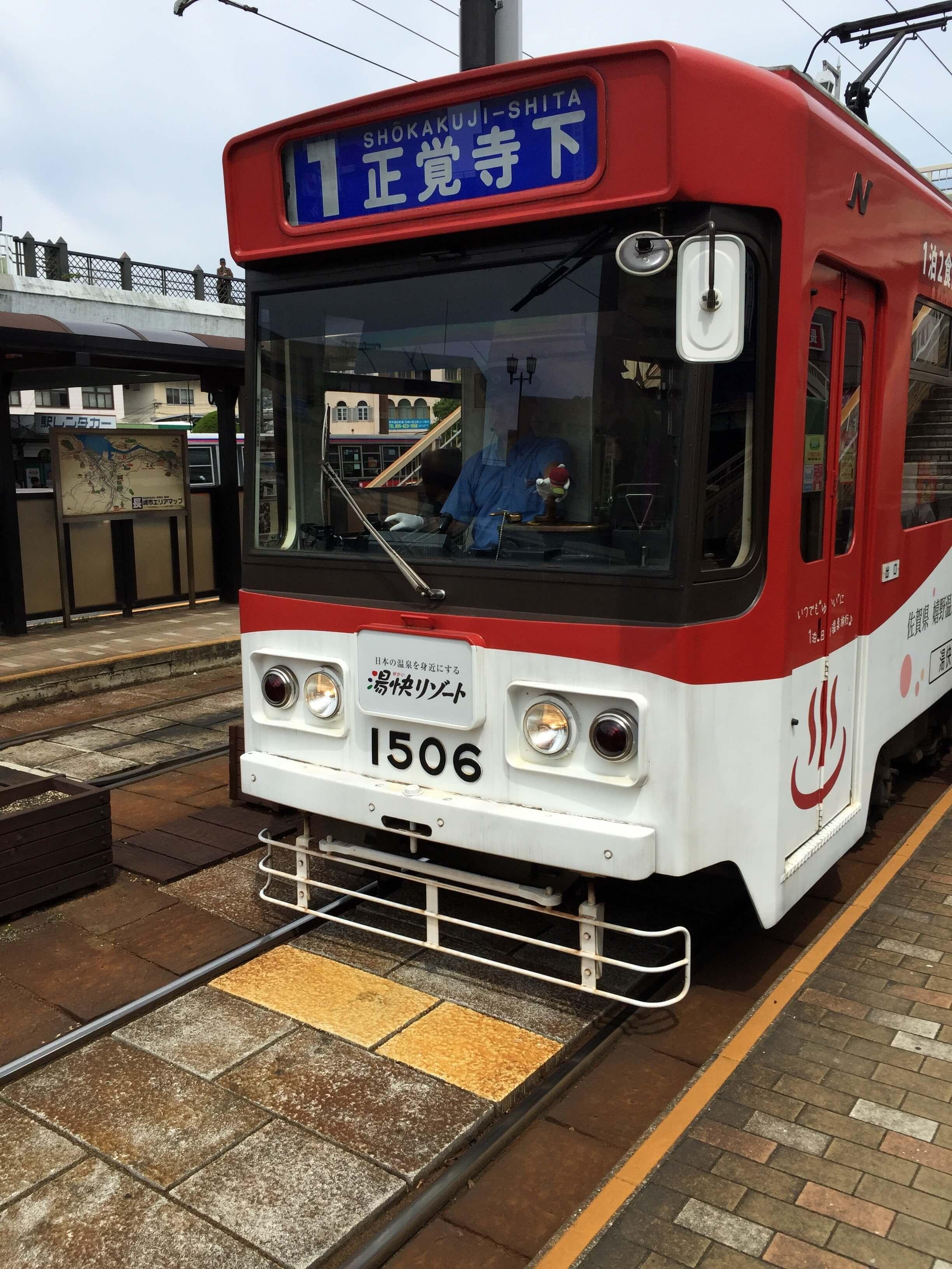 長崎路面電車長這樣,透過顏色分路線,車頭上面註明前往方向。