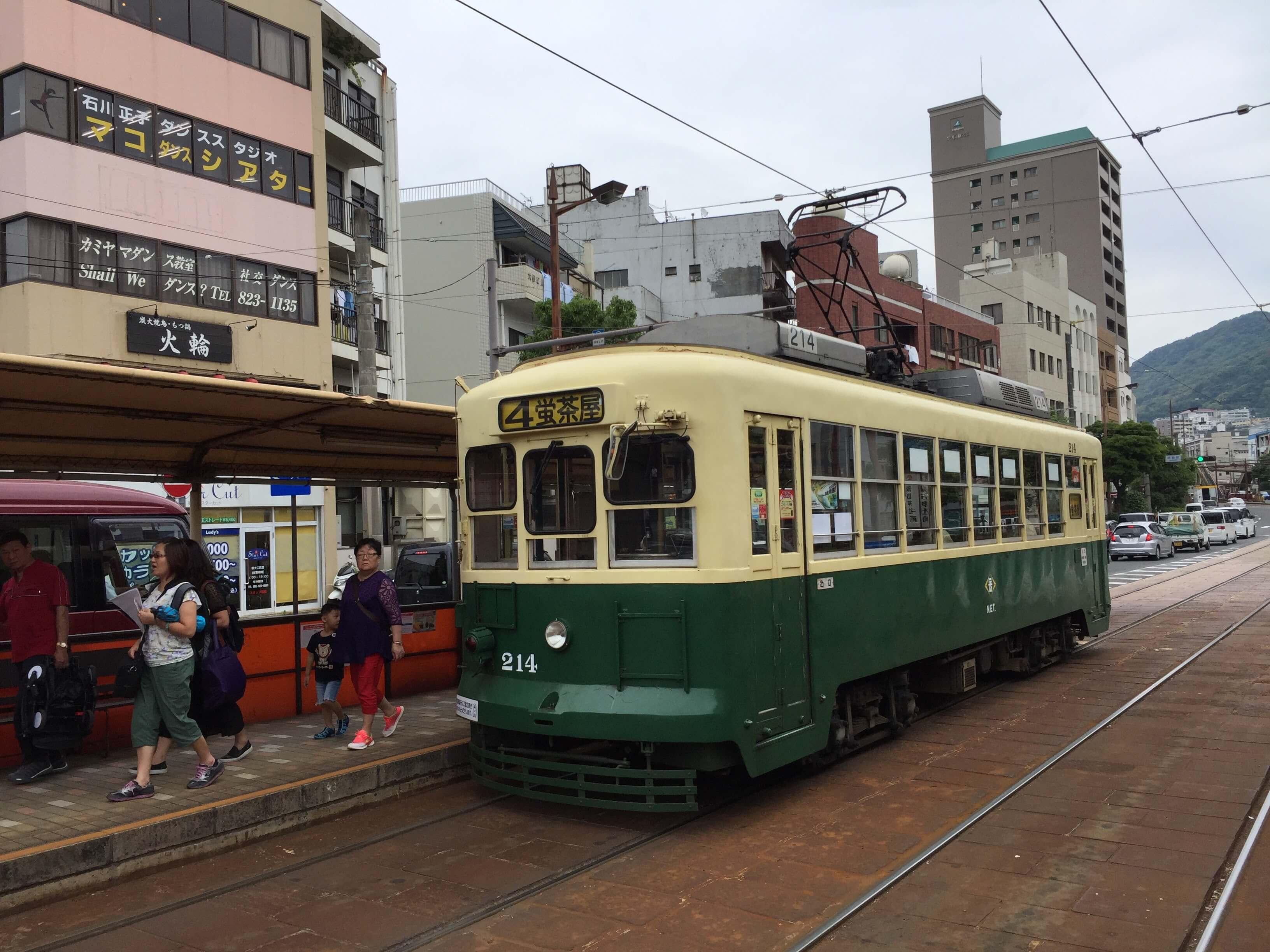 綠色路面電車。
