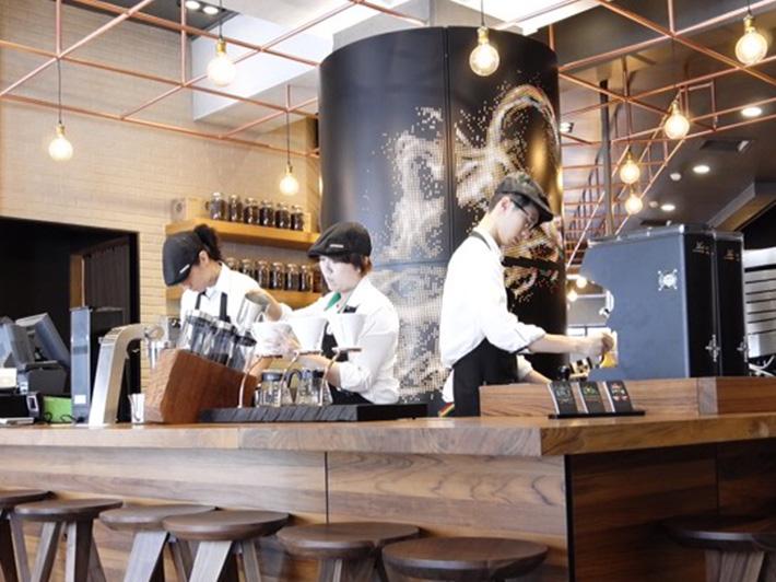 開 放 式 的 吧 台 區 ,可 以 觀 賞 咖 啡 師 展 現 專 業 的 手 沖 技 術 。 圖 片來 源 : 官 網。