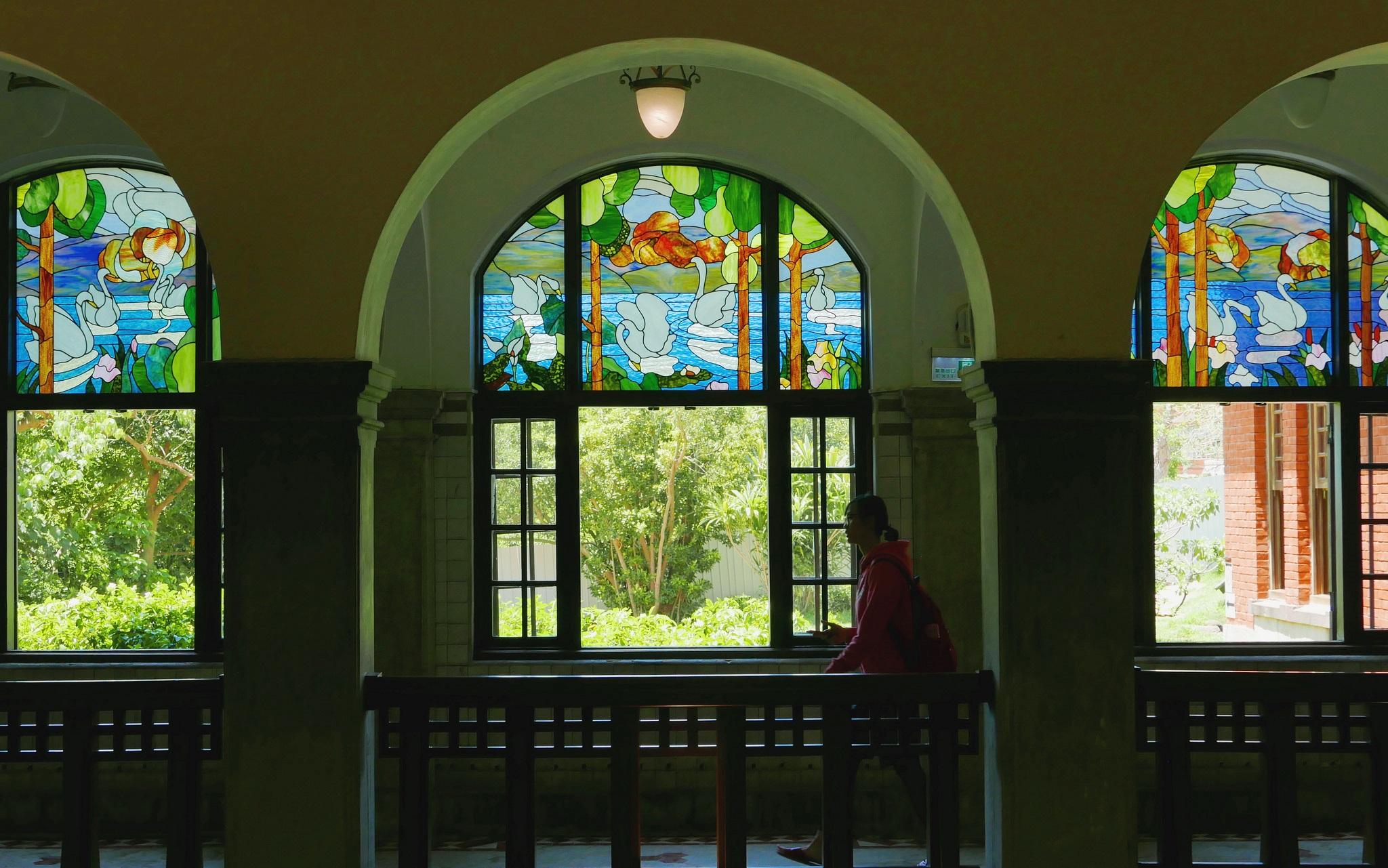 拱窗上緣裝飾有鑲嵌彩繪玻璃,呈現出古典華麗的景緻。(圖片來源/台北旅遊網)