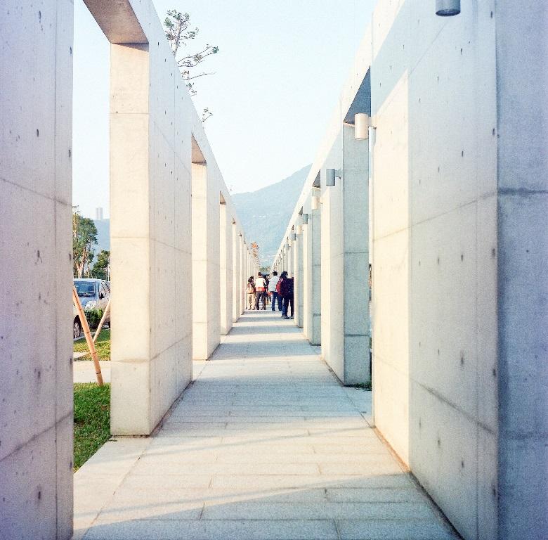 池邊典雅的白色長廊,拍起照來也別具特色。(Flickr授權作者-wsifrancis)