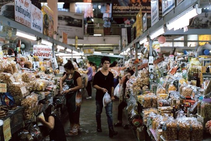 bên trong chợ warorot