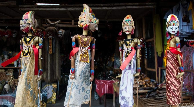 觀光客必訪烏布市集,可見許多具當地傳統文化的雕刻擺飾。
