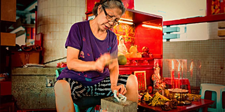 鵝頸街打小人 / @香港旅遊發展局
