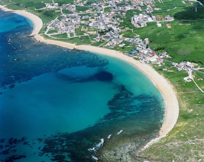 網垵口沙灘位於望安島南端貝殼砂灘潔淨而無汙染 綿延將近1 公里長 來源:www.penghu-nsa.gov.tw.jpg