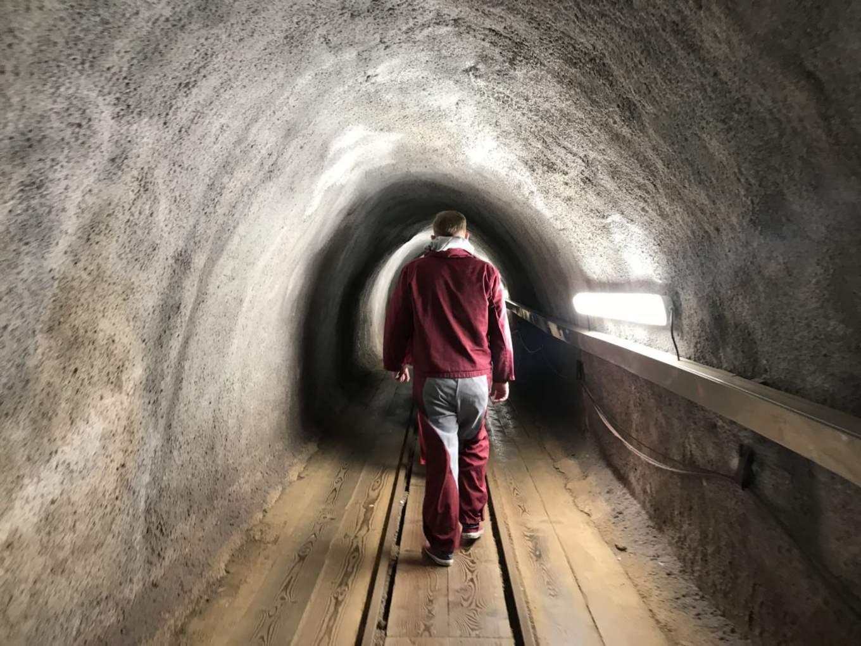 行進在古老鹽礦坑隧道(圖片來源: 編輯拍攝)