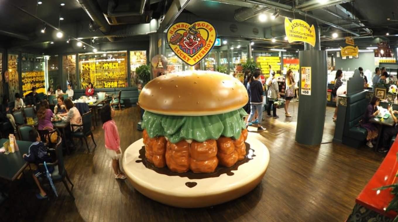 thưởng thức burger tại lucky pierto trong lịch trình du lịch sapporo bằng JR Pass