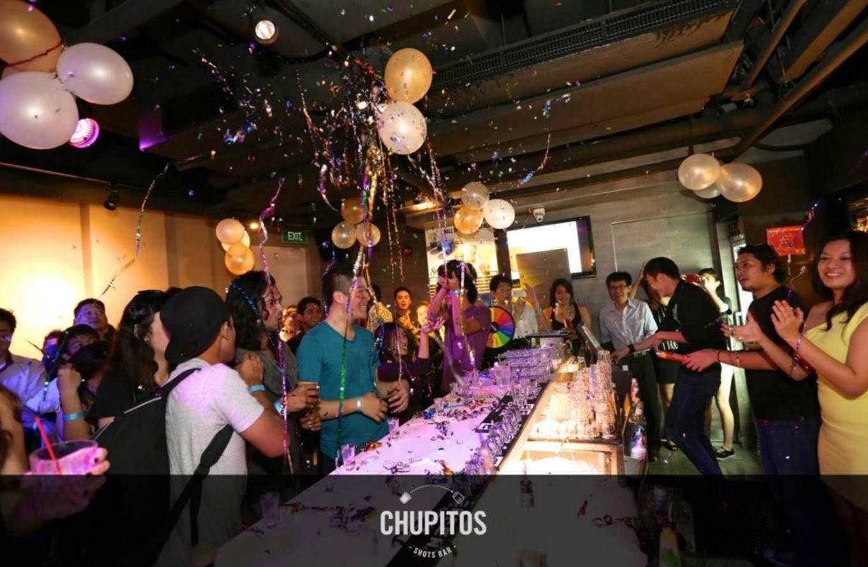 lịch trình đi singapore 4 ngày 3 đêm cho các cặp đôi: trải nghiệm thức uống tại the chupitos bar