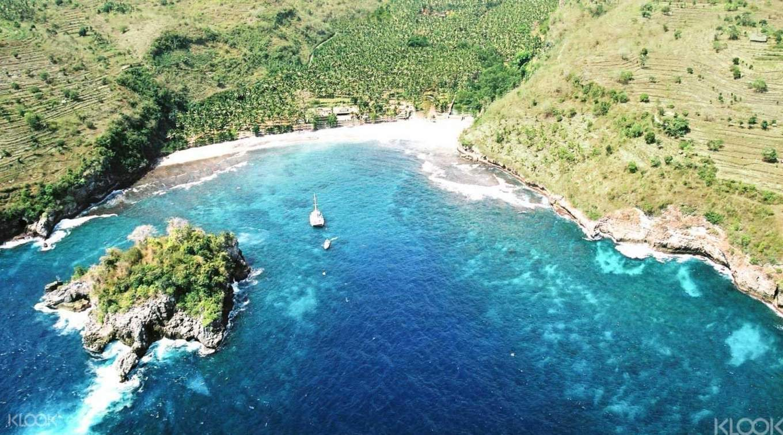 bãi biển tại một hòn đảo của bali