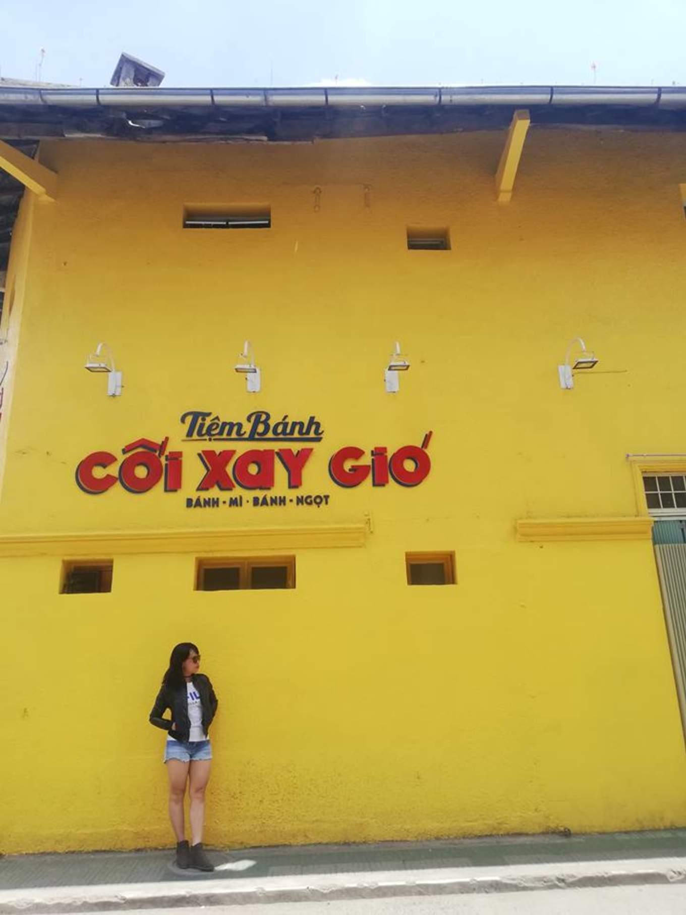 tường vàng tại tiệm bánh cối xay gió