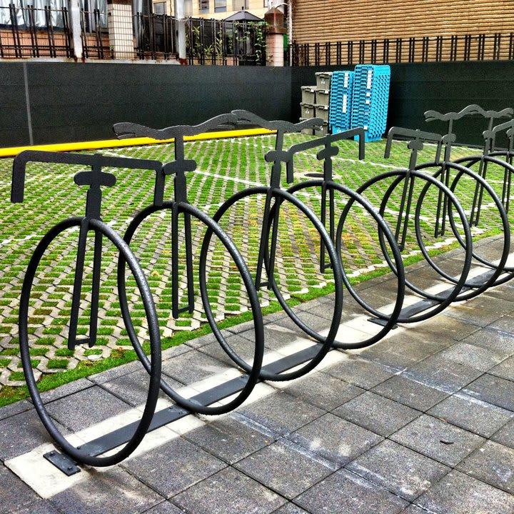 特 殊 的 腳 踏 車 架 ! 圖 片 來 源 : 統 一 星 巴 克 咖 啡 同 好 會。