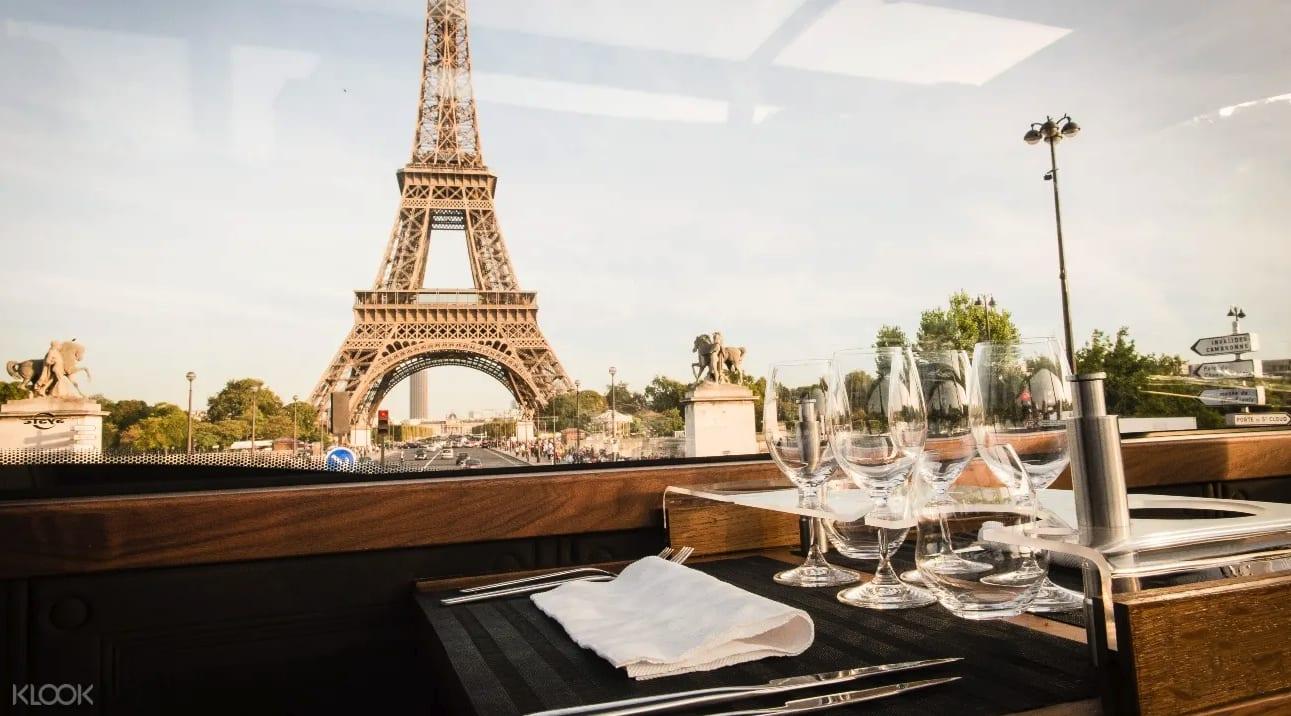 แพ็กเกจรับประทานอาหารกลางวันหรืออาหารค่ำสไตล์ฝรั่งเศสบนรถบัสสุดหรู Bustronome ในปารีส