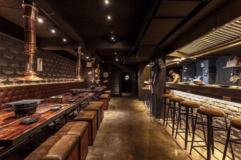 「吽home燒肉」店內充滿美式工業風的現代裝潢。(圖片來源/吽home燒肉市民店粉絲團)