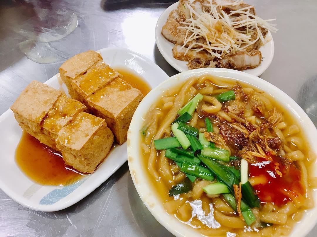 「大麵羹」搭配各式小菜,就是最道地的台中古早味早餐。(圖片來源/Instagram-jasper.c.lin)