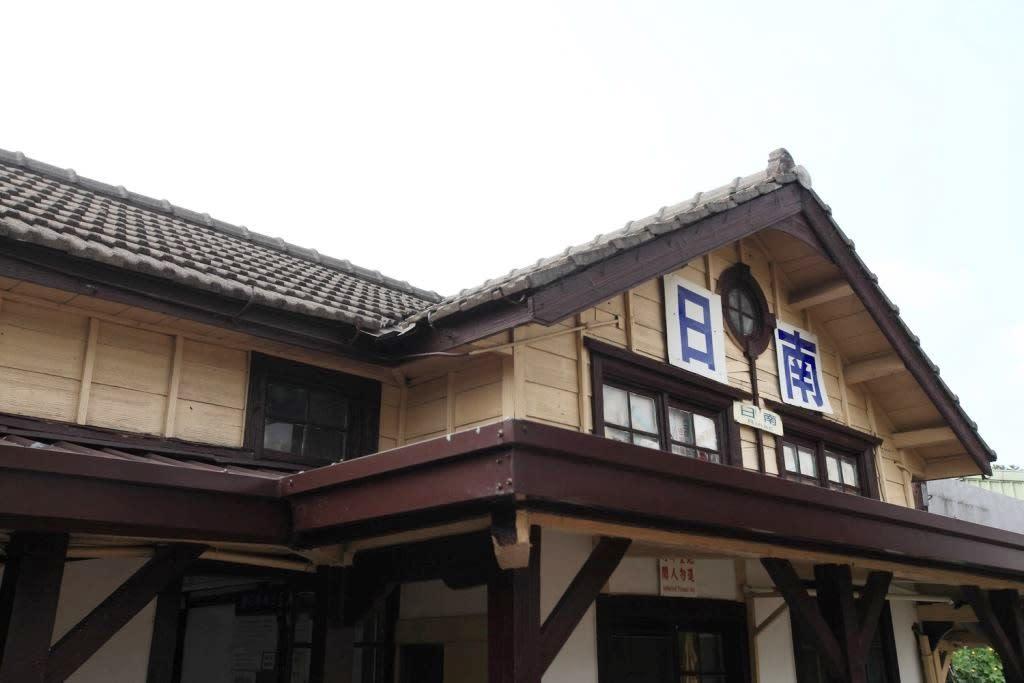「日南車站」側邊的「牛眼窗」,造型相當特別。(圖片來源/台中觀光旅遊網)