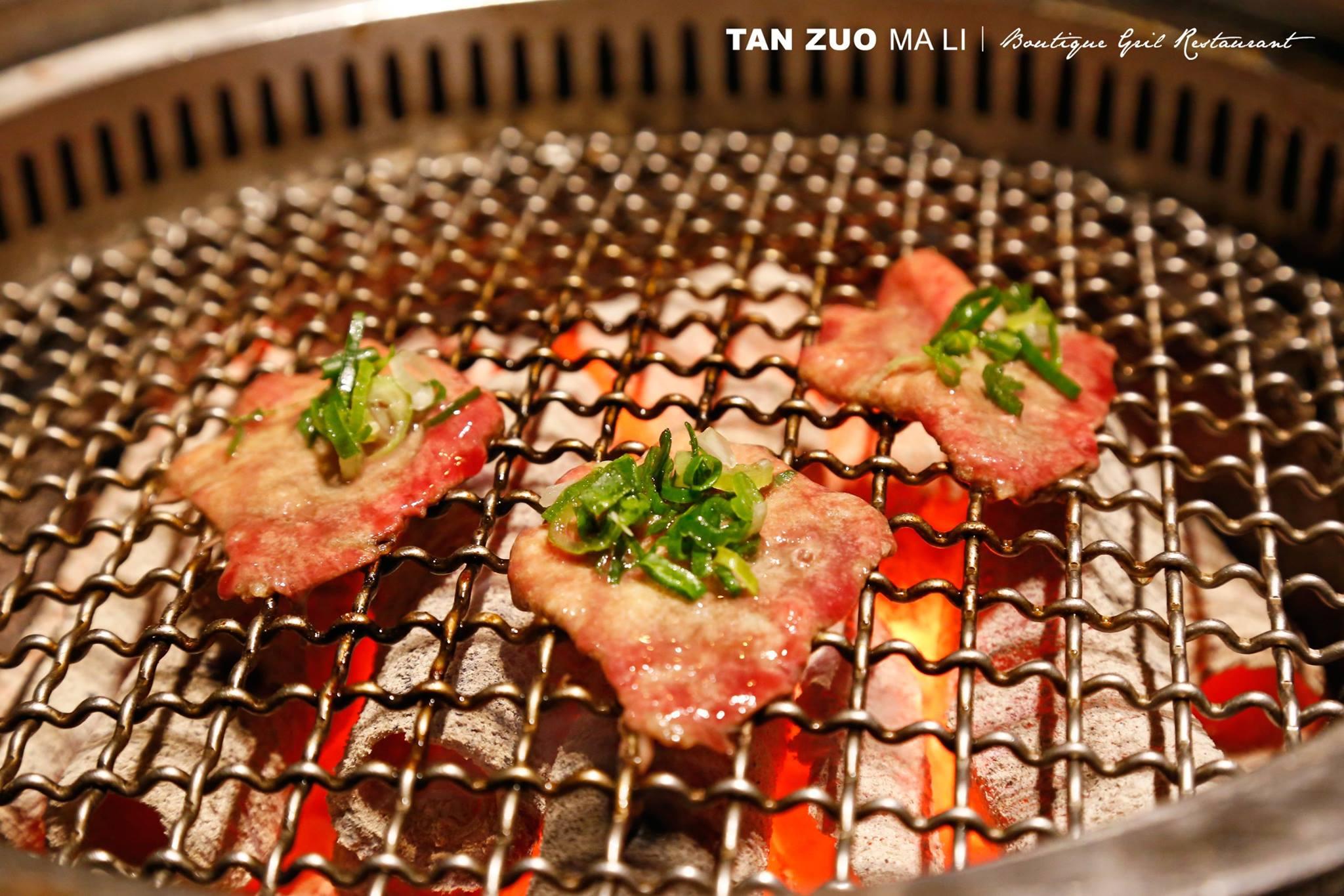「碳佐麻里」使用炭精木炭,其中放射熱的加熱方式,讓燒肉變得更美味。(圖片來源/碳佐麻里粉絲團)