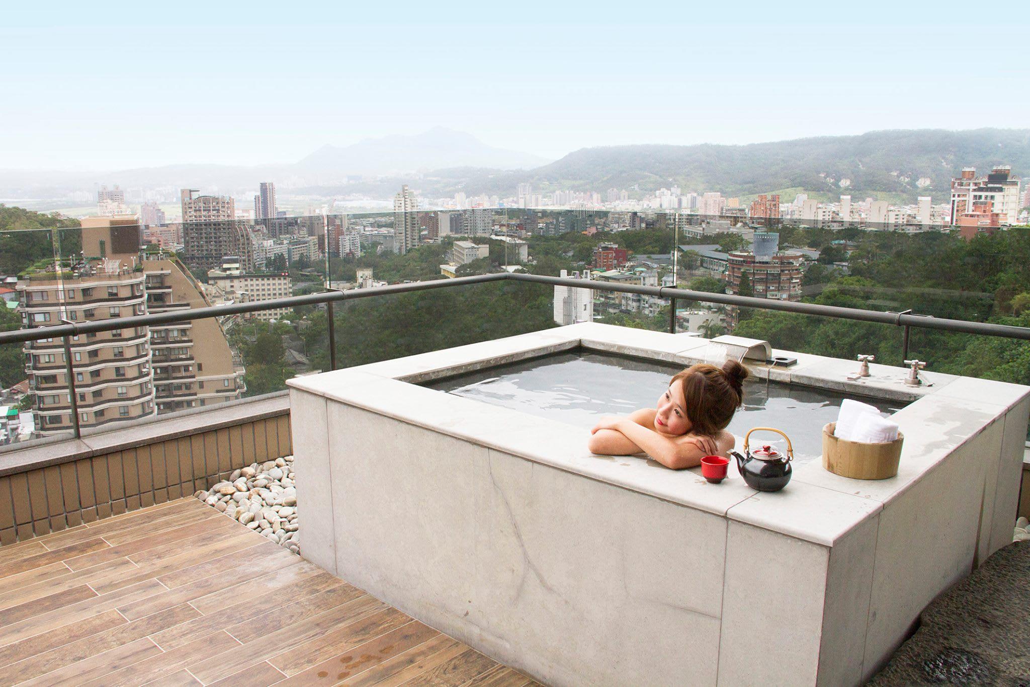 一邊泡湯、一邊賞美景,悠閒又幸福!(圖片來源/北投麗禧溫泉酒店FB粉絲團)