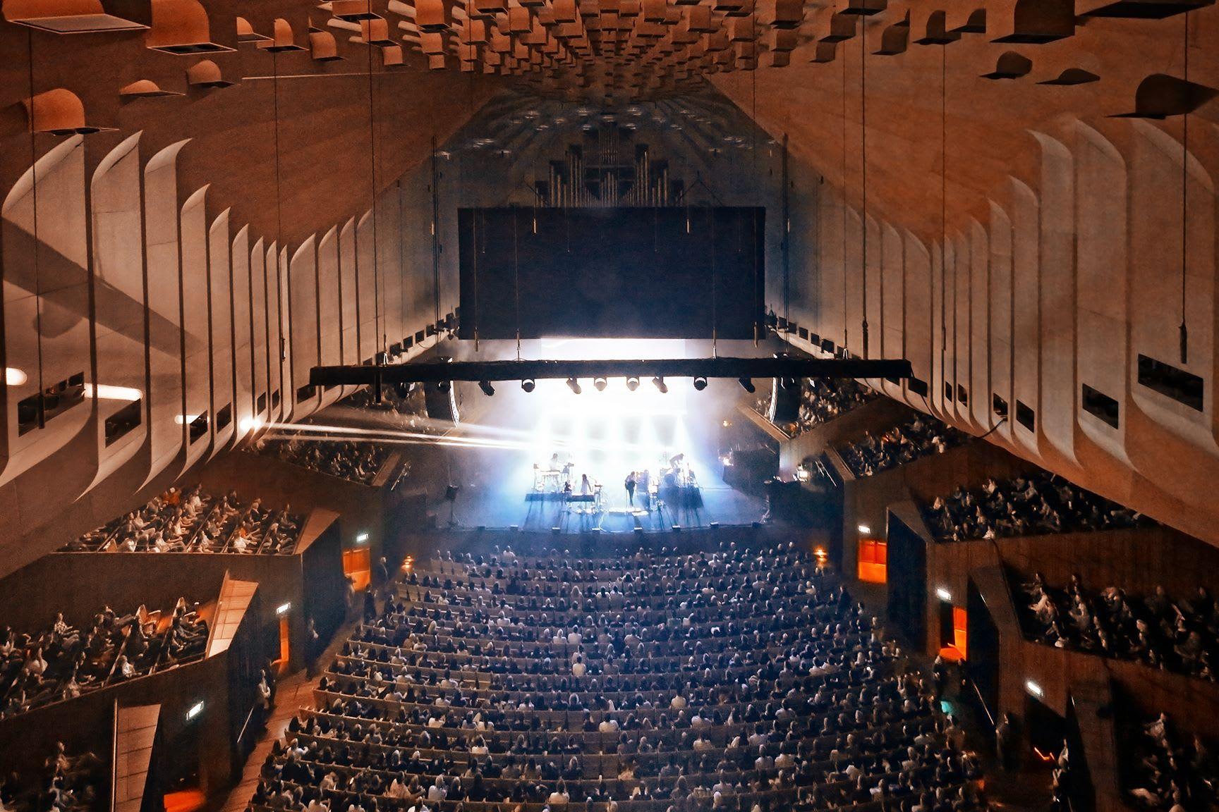 位於音樂廳前方,有號稱全世界最大的「機械木連桿風琴」。(圖片來源/Sydney Opera House粉絲團)