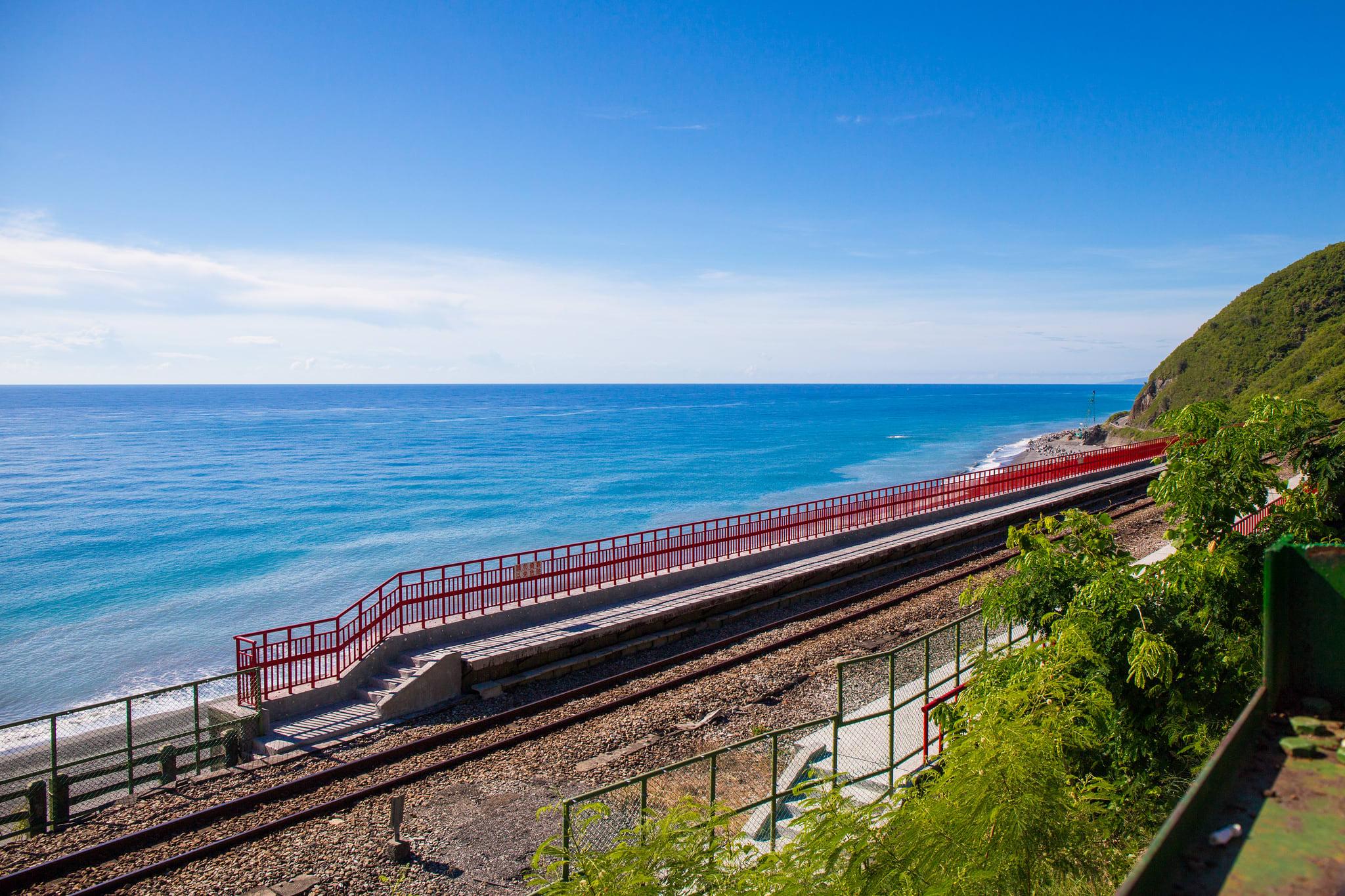 倚靠在觀景平台的紅色欄杆上,欣賞大自然夢幻美景。(Flickr授權作者-McGyver.Chang)