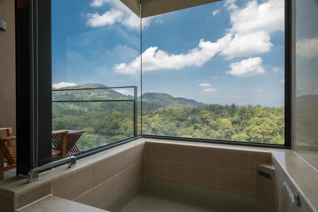 在客房裡可以一邊泡湯、一邊賞景。(圖片來源/Booking.com)